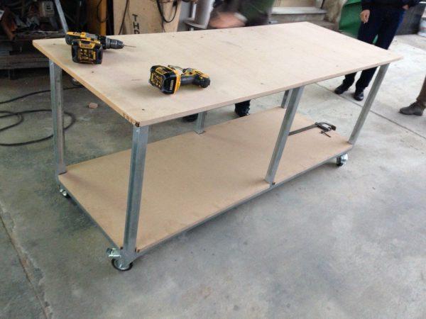 Tavolo da lavoro in ferro con ruote snodate bloccanti